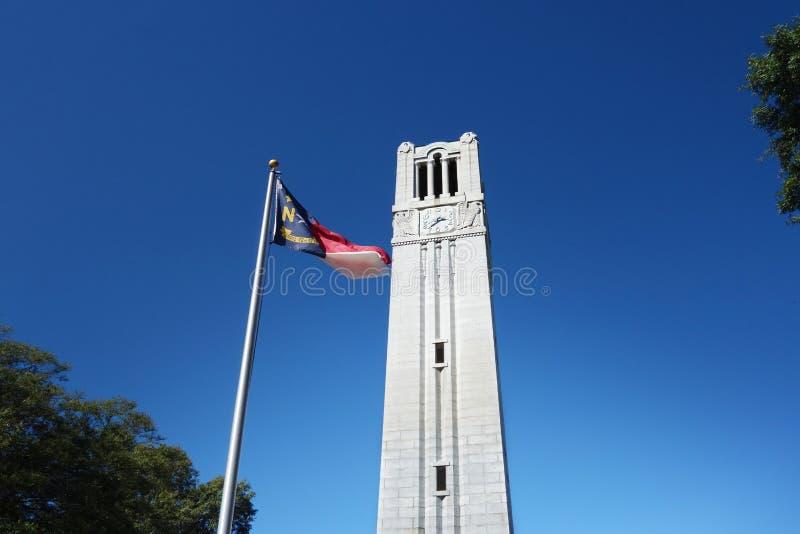 Klocka torn och statlig flagga royaltyfria foton