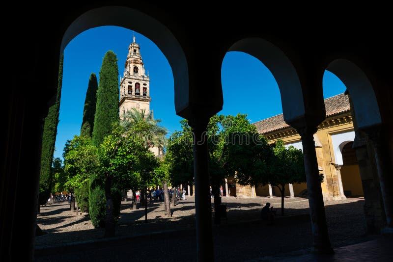 Klocka torn och trädgårdar av moskédomkyrkan i Cordoba arkivfoton