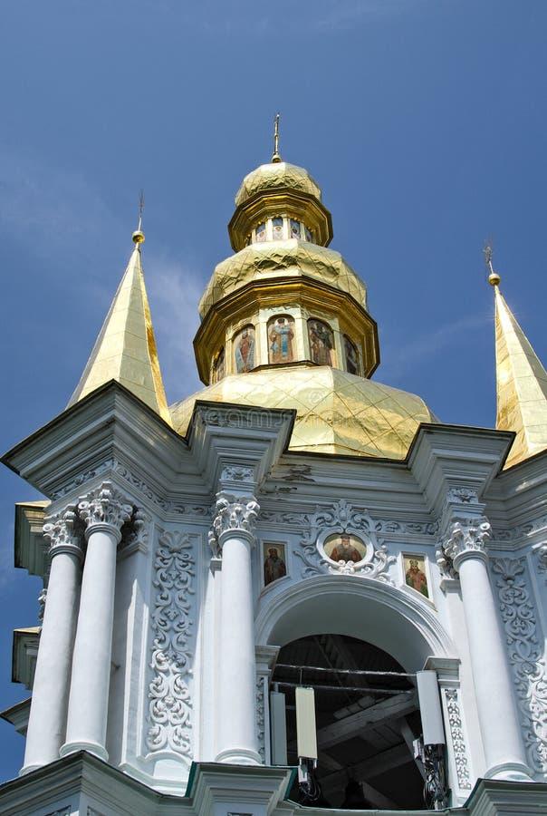 Klocka torn på de avlägsna grottorna i Kiev royaltyfri bild