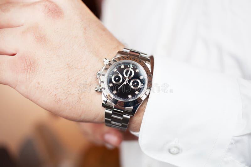 Klockacloseup på den manliga handaffären eller modebegreppet arkivfoton