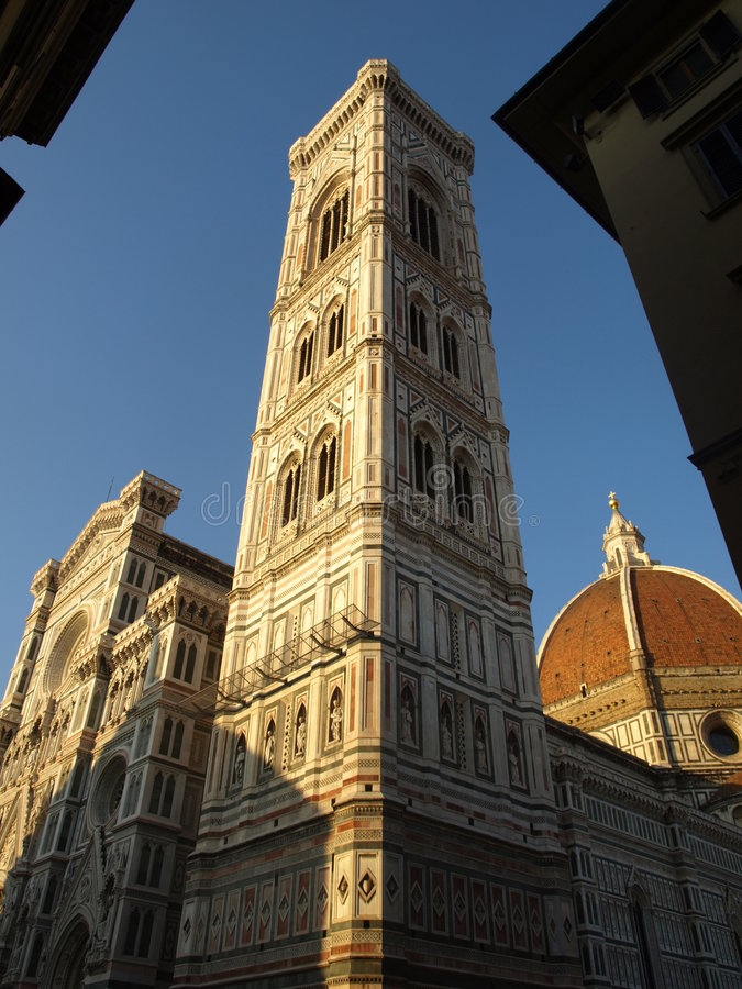 klockadomkyrkapar se en skymt av tornet royaltyfria bilder