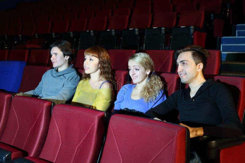 Klockafilm för fyra personer i filmbiograf. arkivbilder