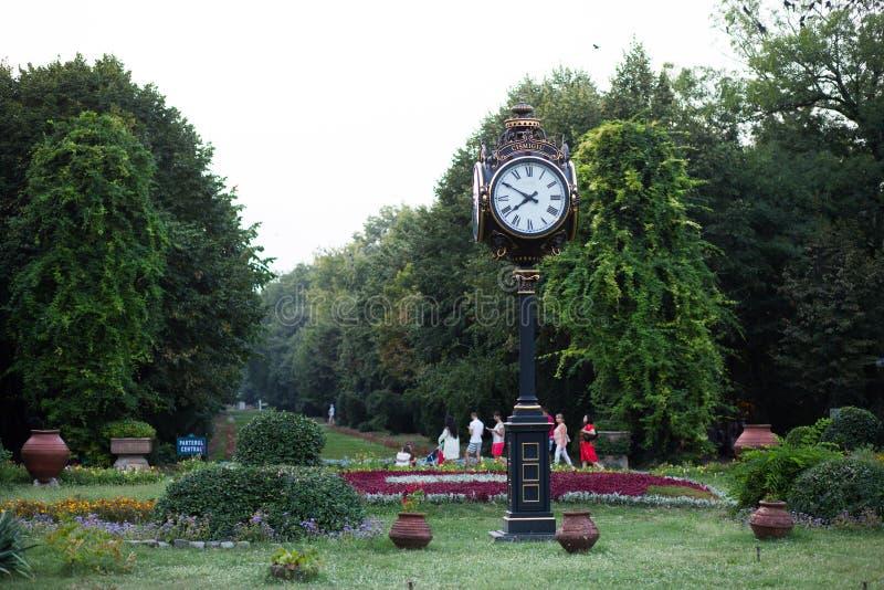Klockan från Cismigiu parkerar, Bucharest, Rumänien arkivfoto
