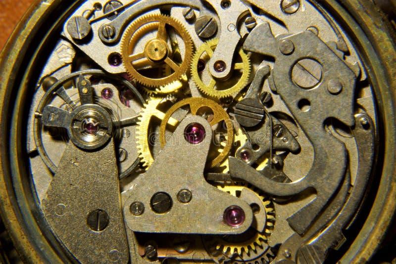 Klockan visar tiden för kugghjulmekanismen royaltyfri fotografi