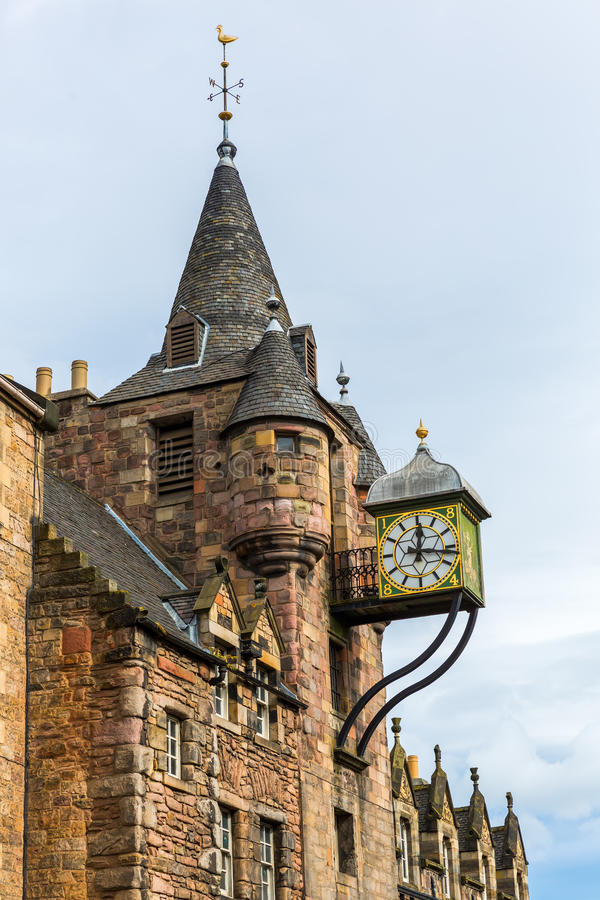 Klockatorn av Canongaten Tolbooth i Edinburg arkivbild