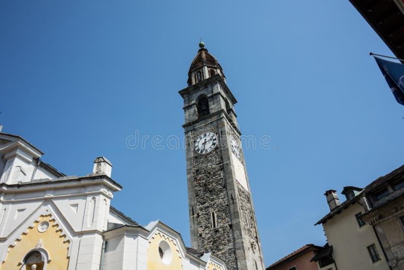 Klockatorn av den Chiesa Parrocchiale deien Santi Pietro e Paolo på mittfyrkanten i Ascona, Locarno, Schweiz arkivfoto