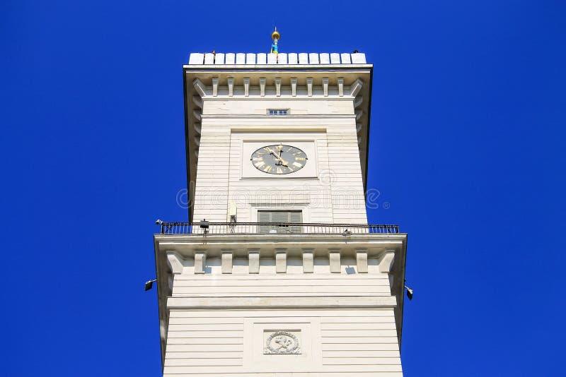Klockatorn av det Lviv stadshuset Härlig gammal arkitektur av det Lvov stadshuset på den Rynok fyrkanten, Ukraina arkivfoton