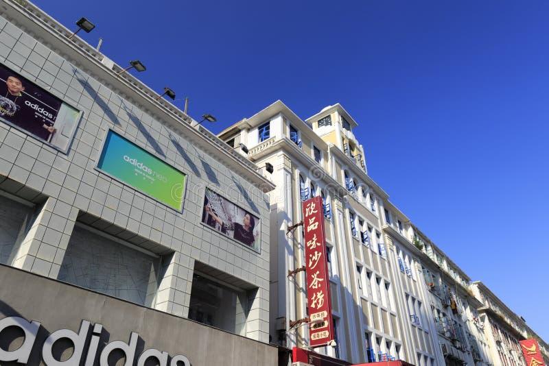 Klockatorn av zhongshanluen som går den kommersiella gatan arkivbilder
