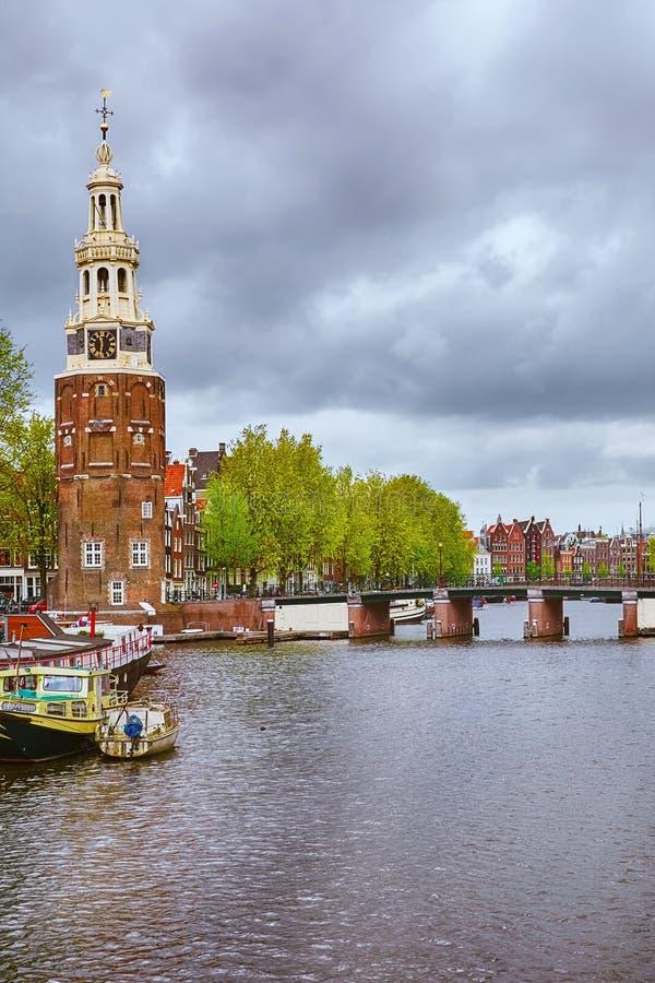 Klockatorn i Amsterdam arkivfoton