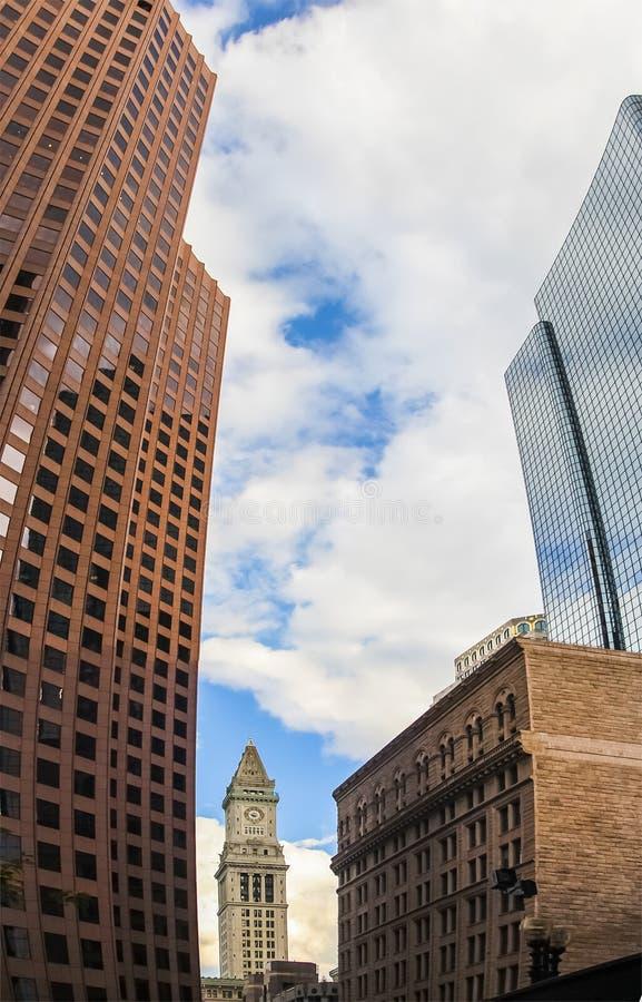 Klockatorn i Boston, Massachusetts med omgivningskyskrapor fotografering för bildbyråer