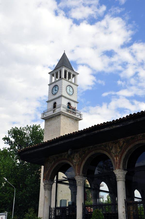 Klockatorn i mitten & x28en; fokus på clock& x29; , Tirana, Albanien royaltyfri foto