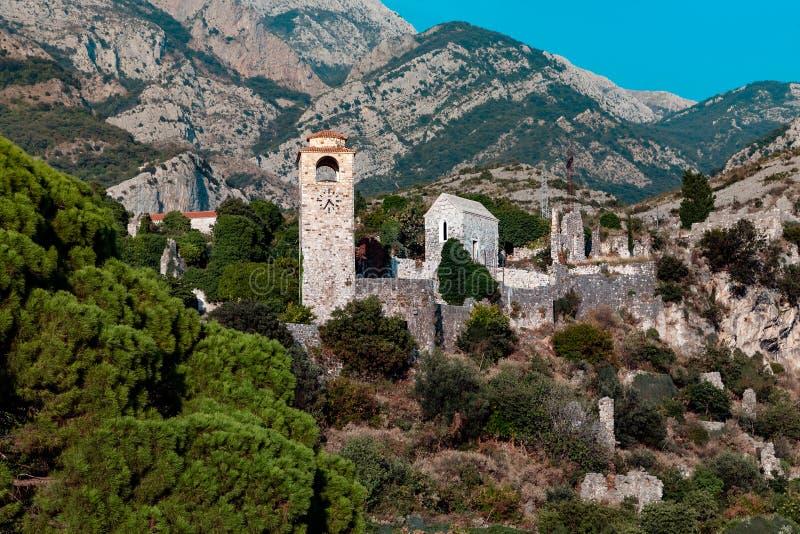 Klockatorn i Stari den akademikra gamla staden arkivfoto