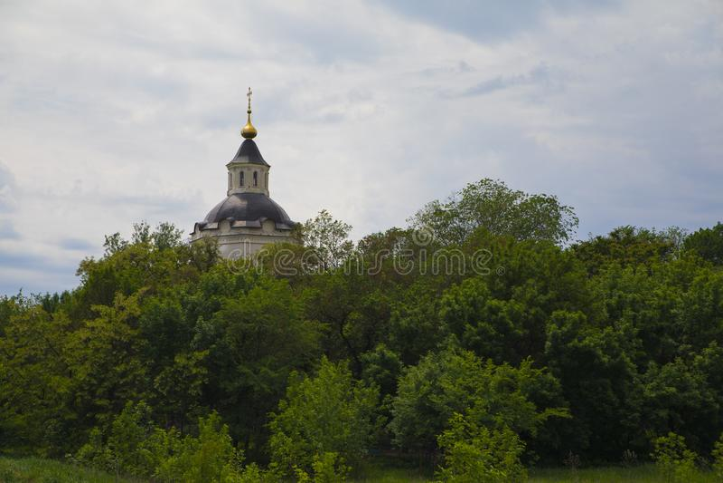 Klockatornet av den gamla kyrkogården i den forntida huvudstaden av Don Cossacks - Starocherkassken royaltyfri fotografi