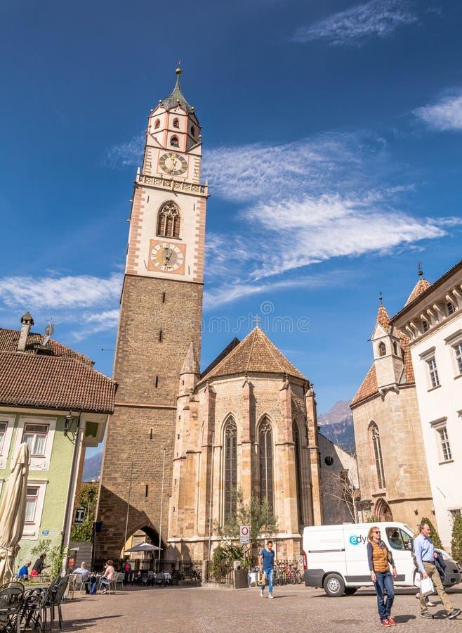klockatornet av domkyrkan av St Nicholas i Merano, Bolzano, södra Tyrol, Italien arkivbild