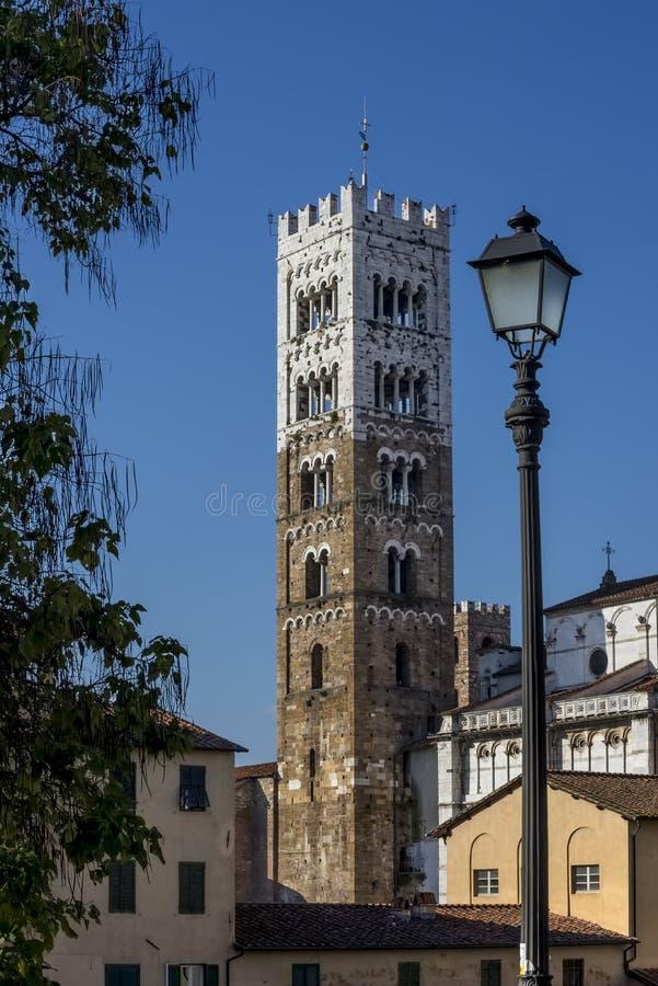 Klockatornet av duomoen av San Martino på en härlig solig dag, Lucca, Tuscany, Italien arkivbilder