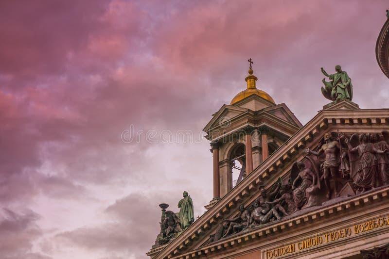 Klockatornet av en härlig kyrka i kontur mot en färgrik solnedgånghimmel arkivfoton