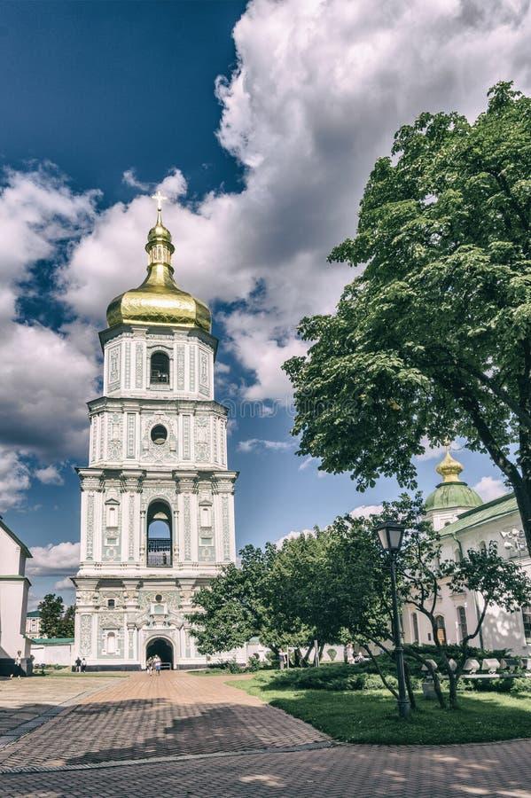 Klockatornet av St Sophia Cathedral i Kiev, Ukraina Sikt från borggården fotografering för bildbyråer