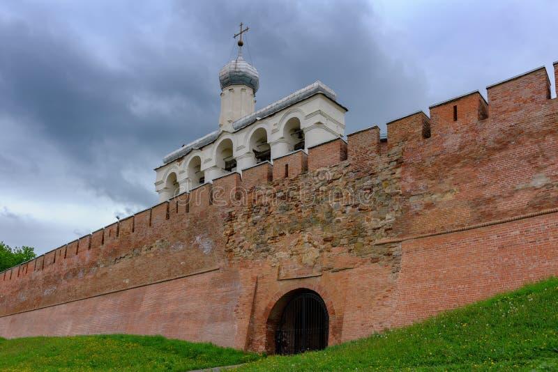Klockatornet av St Sophia Cathedral i Veliky Novgorod, Russi royaltyfria bilder