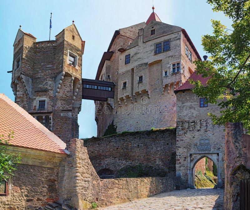 Klockatornet i den Pernstejn slotten Denna slott som byggs på en vagga ovanför byn av Nedvedice, södra Moravian region arkivbilder