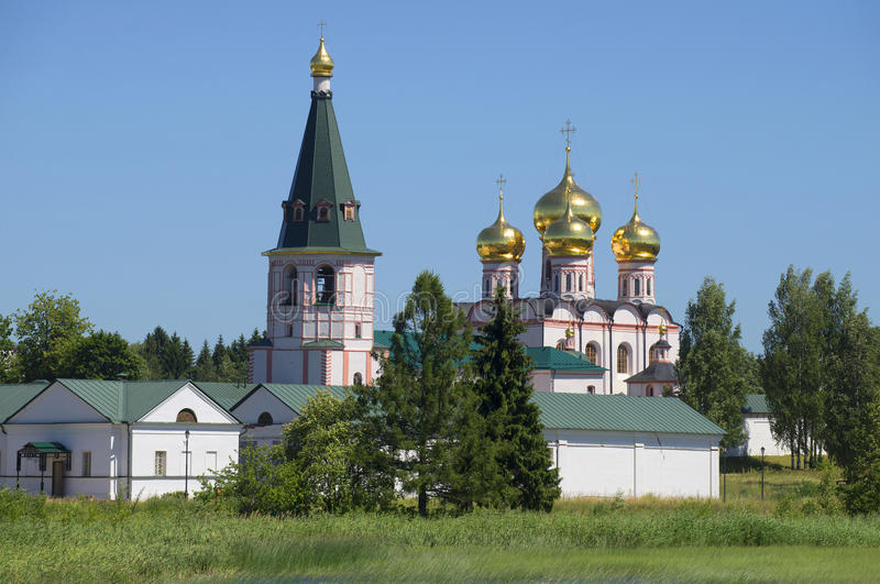 Klockatornet och domkyrkan av Theotokosen av den Iveron sommardagen Valdaysky Iveron Bogoroditsky Svyatoozersky monaster royaltyfri foto