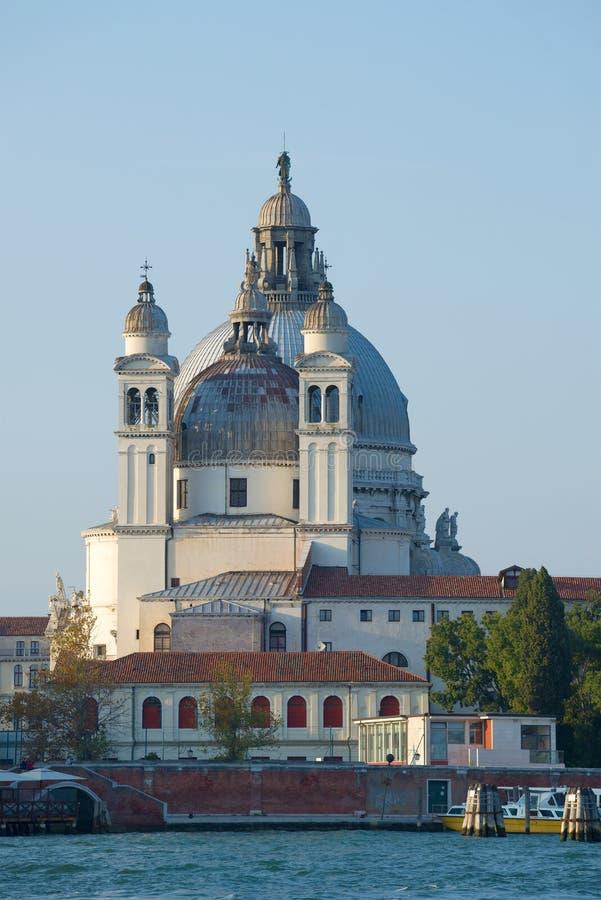 Klockatornet och kupolen av domkyrkan av Jultomten-Maria-della-Salyute mot bakgrunden av den blåa himlen Venedig royaltyfria bilder