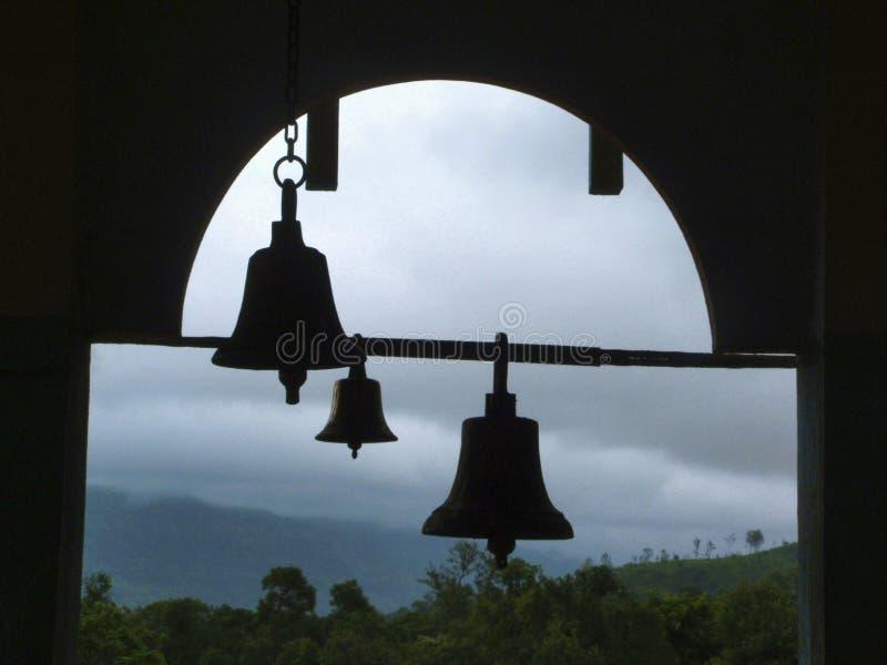 Klockor av åska på den Pali templet, Pali, Maharashtra, Indien arkivfoton