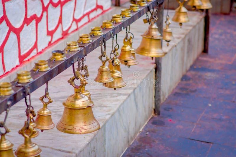 Klockor av det olika formatet som hänger i den Taal Barahi Mandir templet, Pokhara, Nepal royaltyfri fotografi