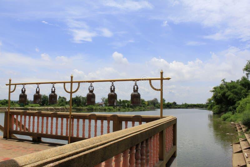 Klockor i buddistisk tempel på Buang Sam Phan Temple bredvid en sjö, förbudBung Sam Phan Nok, Phetchabun, Thailand arkivbild