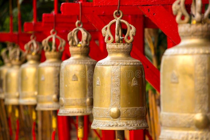 Klockor i en buddistisk tempel arkivbild