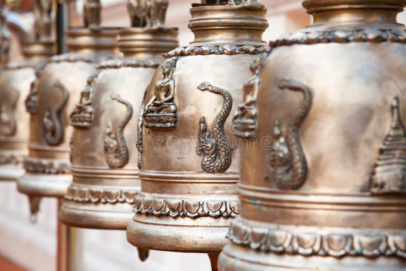 Klockor i en buddistisk tempel royaltyfri fotografi