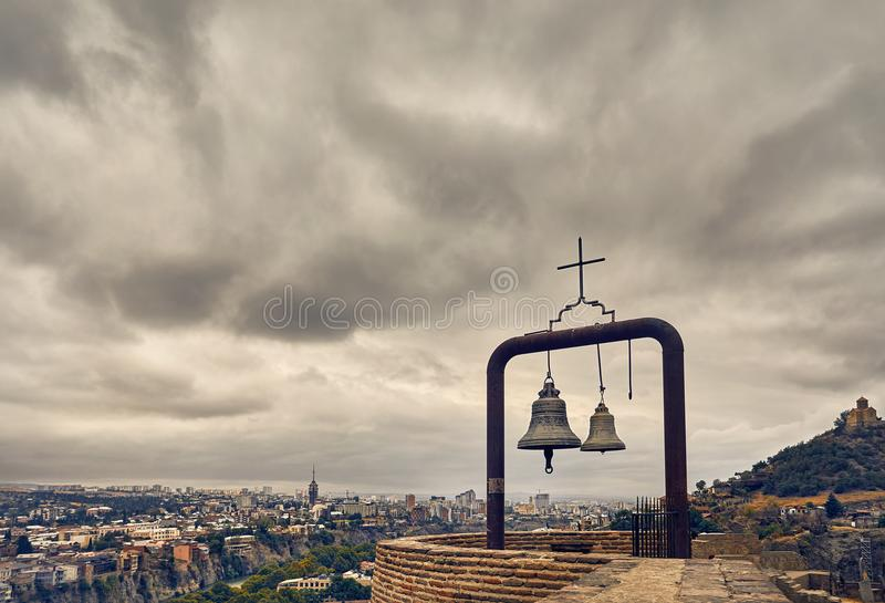 Klockor på den Narikala slotten i Tbilisi fotografering för bildbyråer