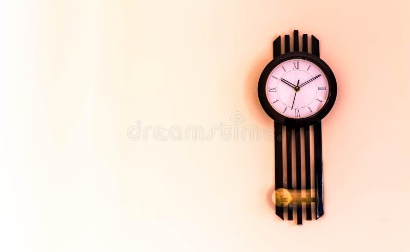 Klockpendelv?ggklocka fotografering för bildbyråer