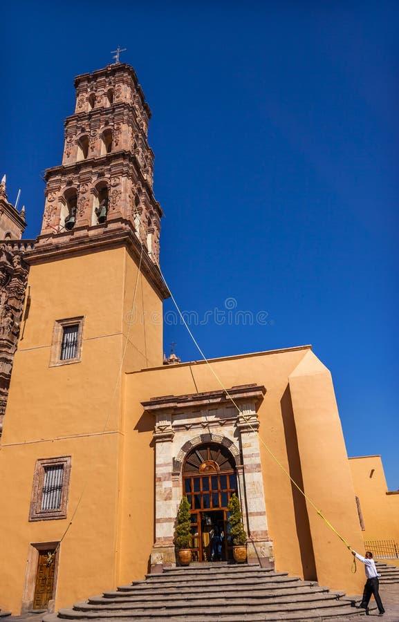 KlockringaretornParroquia domkyrka Dolores Hidalgo Mexico arkivbilder