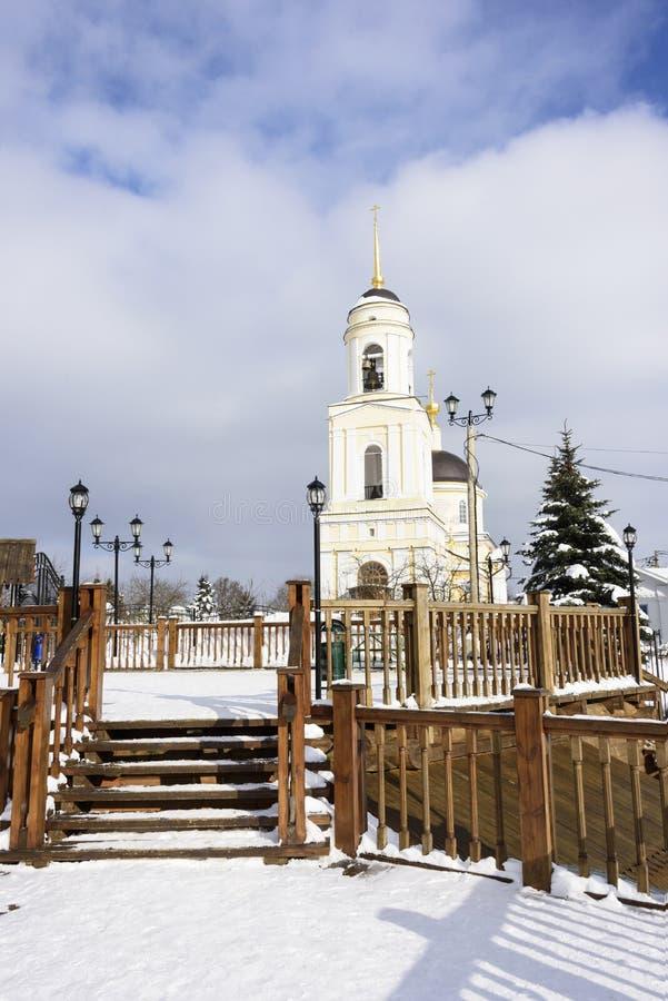 Klockstapel av den ortodoxa kyrkan i byn av Radonezh, Moskva royaltyfri fotografi