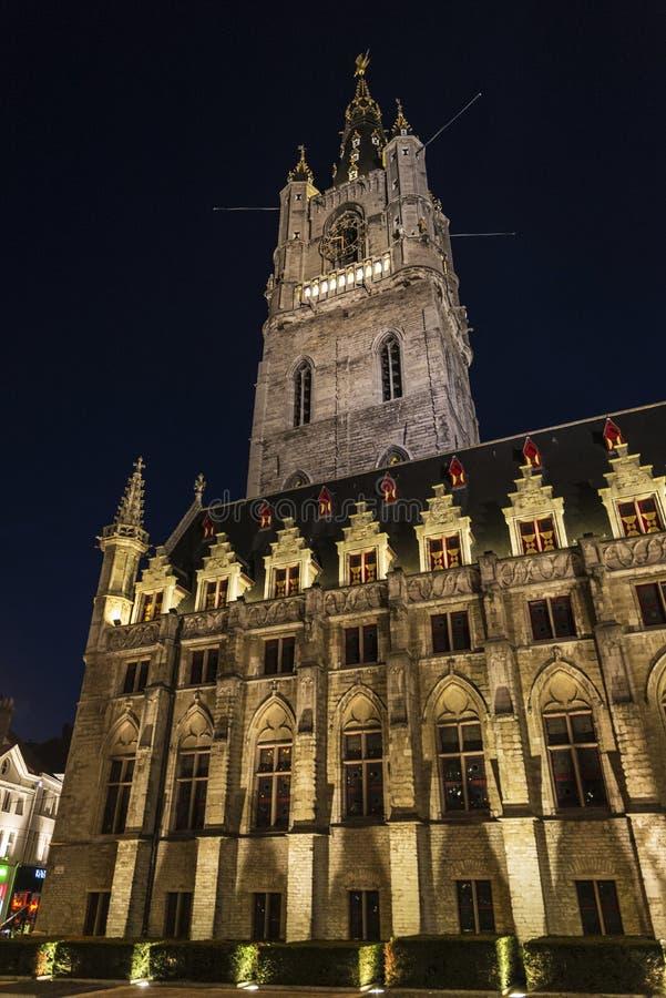 Klockstapel av Ghent, klockatorn, på natten i Belgien arkivfoto