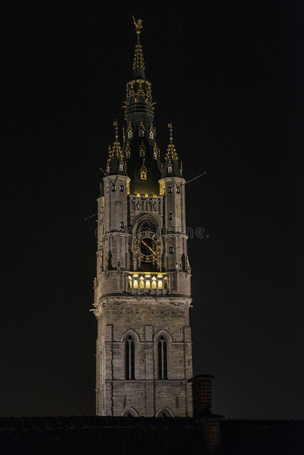 Klockstapel av Ghent, klockatorn, på natten i Belgien arkivbilder