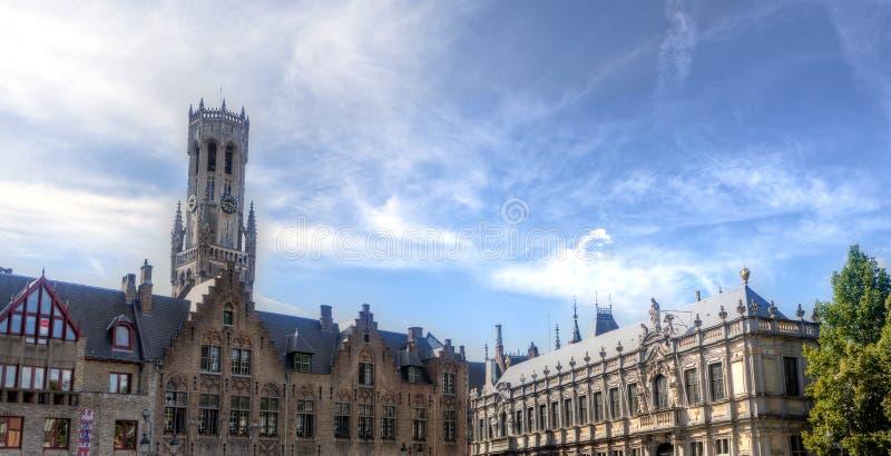 Klockstapel, hus och marknadsfyrkant i Bruges/Brugge, Belgien royaltyfria foton