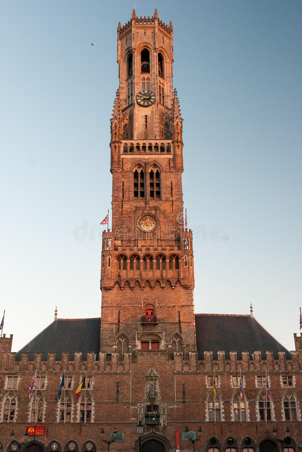 Klockstapel i Bruges i aftonen arkivbild