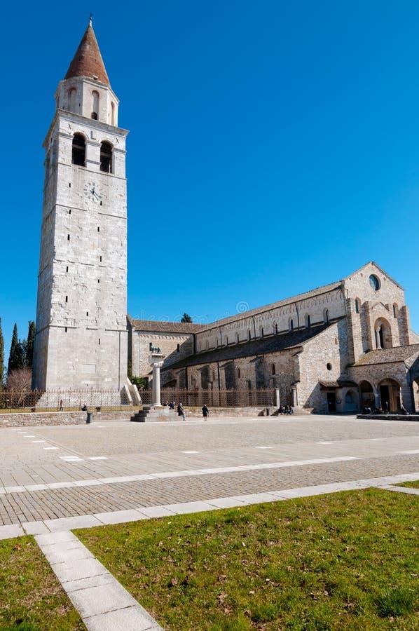 Klockstapel och Basilika di Aquileia royaltyfri foto