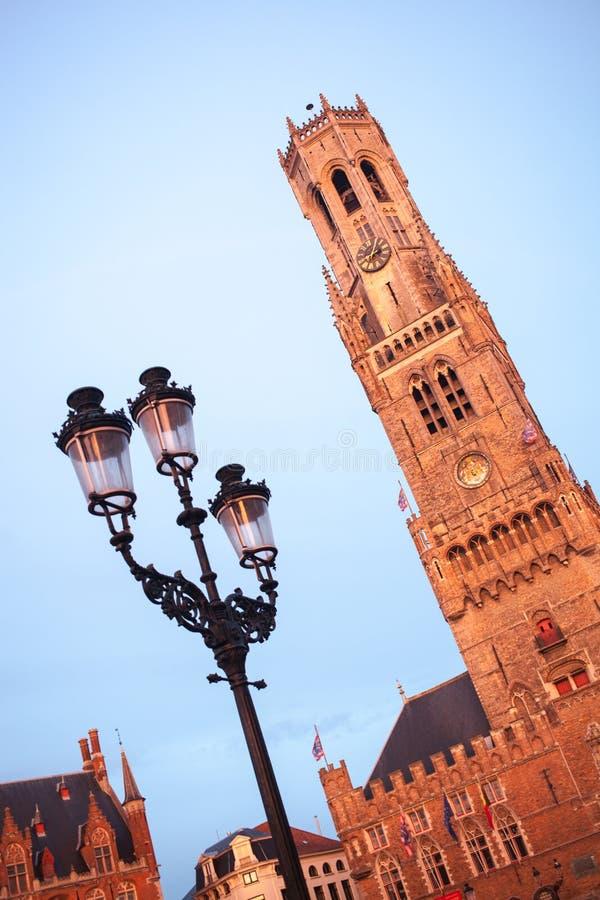 Klockstapelklockatorn på solnedgång i Bruges royaltyfria bilder
