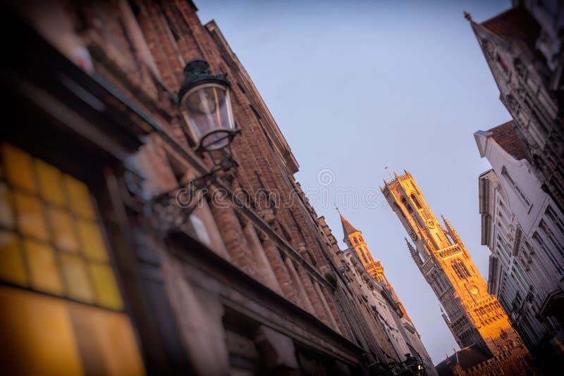 Klockstapeln av Bruges på natten royaltyfri fotografi