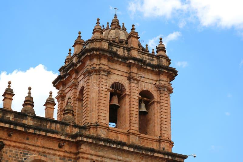 Klockstapeln av Iglesia de la Compania de Jesus Church mot ljus blå himmel av Cusco, Peru fotografering för bildbyråer