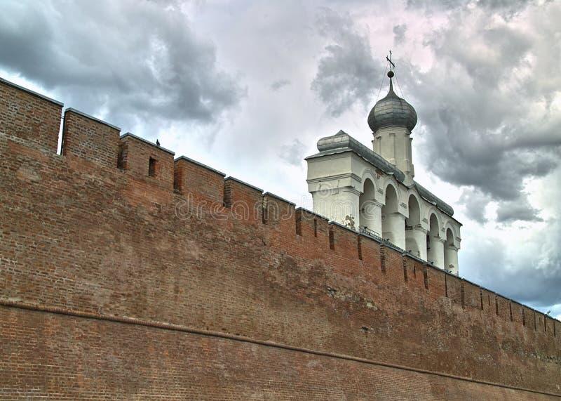 Klockstapeln av St Sophia Cathedral veliky novgorod för antagandeauktionkyrka royaltyfria bilder