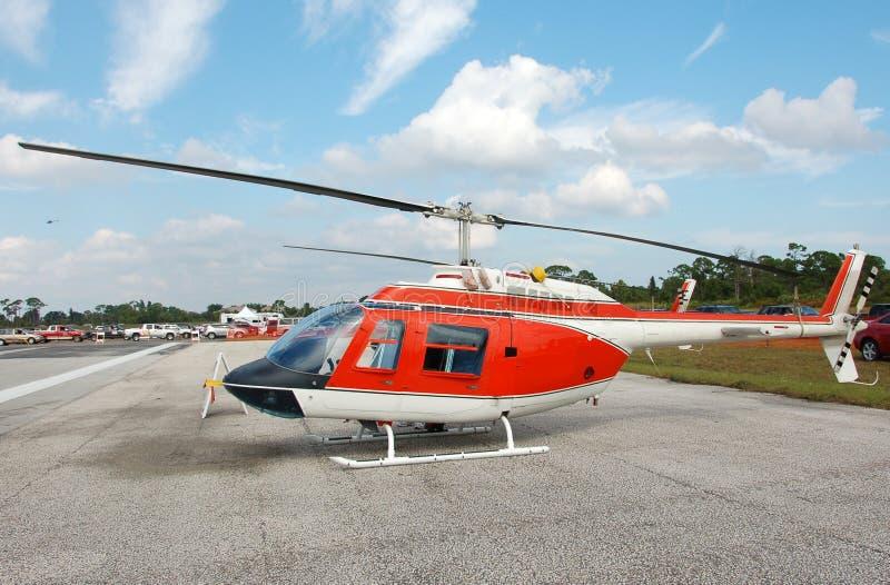 Klok 206 helikopter op grond stock foto