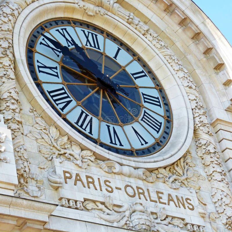 Klok bij de voorzijde van een gebouw in Parijs royalty-vrije stock foto's