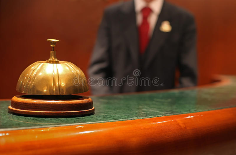 Klok en Kelner bij de Portier van het Hotel stock foto's