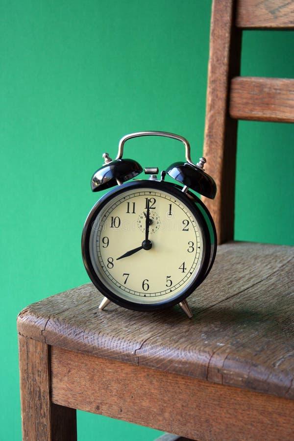 Klok en Stoel stock afbeelding
