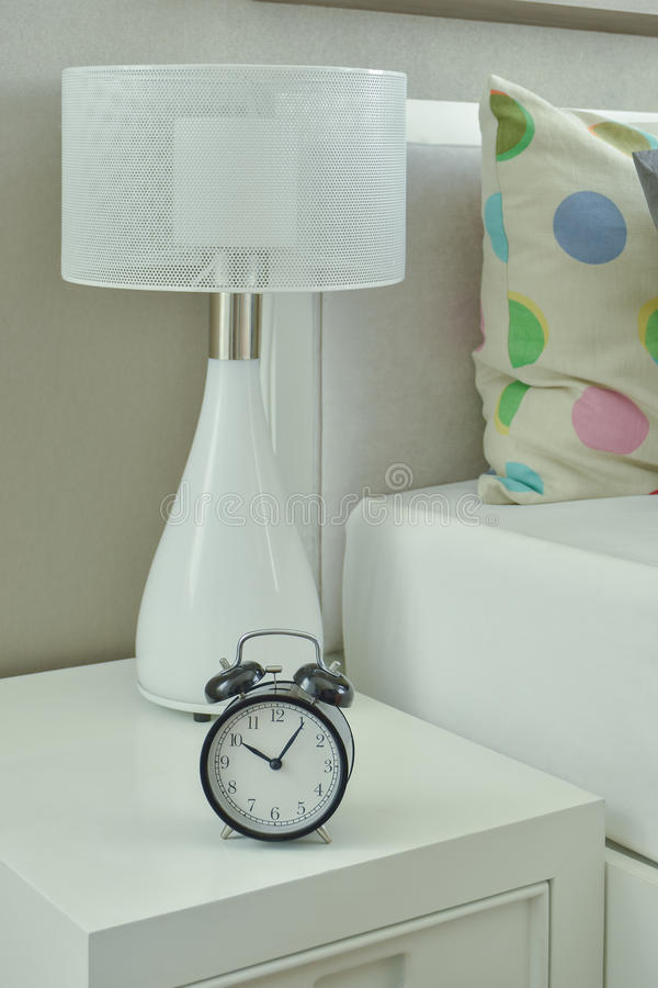 Klok En Witte Lamp Op Bedlijst In Woonkamer Stock Foto - Afbeelding ...