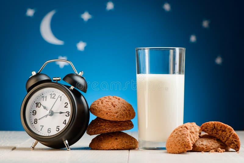 Klok, koekjes en melk royalty-vrije stock afbeelding