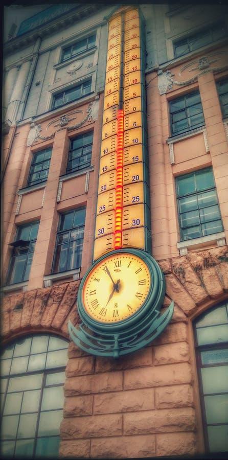 klok met een thermometer op de straten van Lviv stock foto's